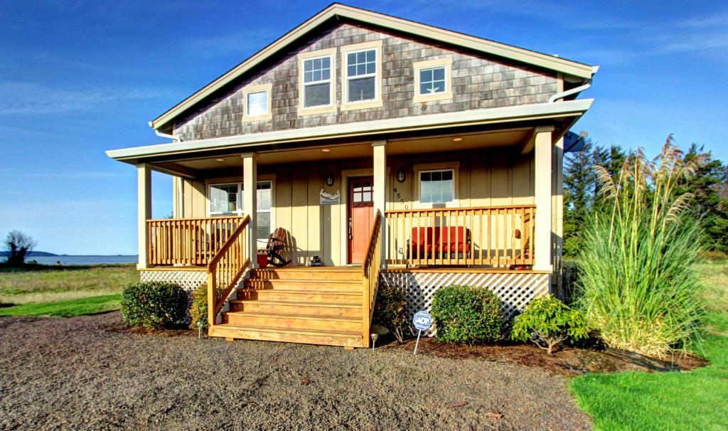 vacation home bayside cabin  bay city  or
