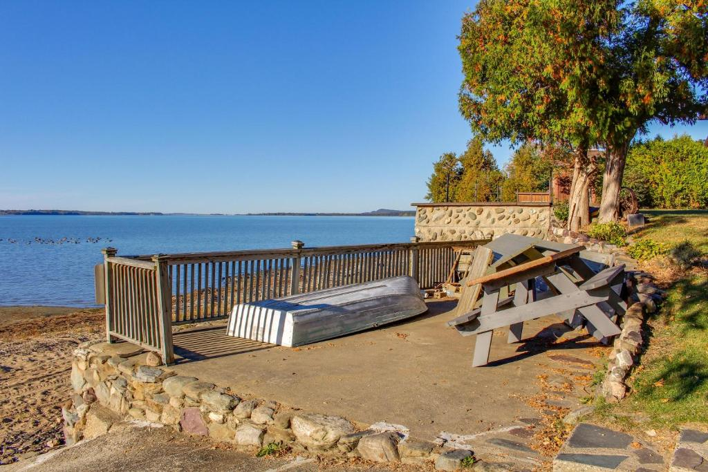 Gallery image of this property & Vacation Home Thayer Beach Front Home Colchester VT - Booking.com