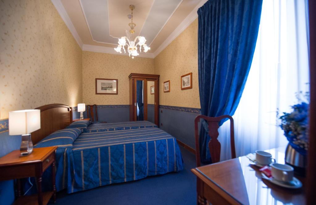 Un pat sau paturi într-o cameră la Diana Park Hotel