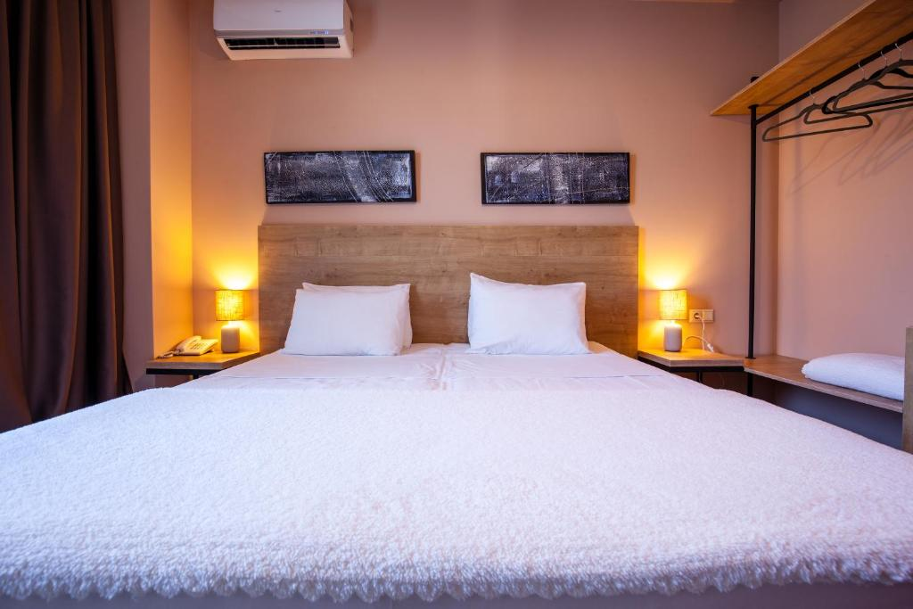 A bed or beds in a room at Hotel N16