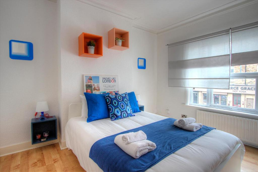 A bed or beds in a room at Queens Park Private 2 Bedroom Apartment