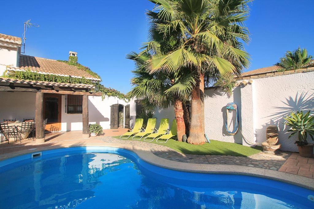 Encantadora casa con piscina privada y chimenea el padul for Alojamiento con piscina privada
