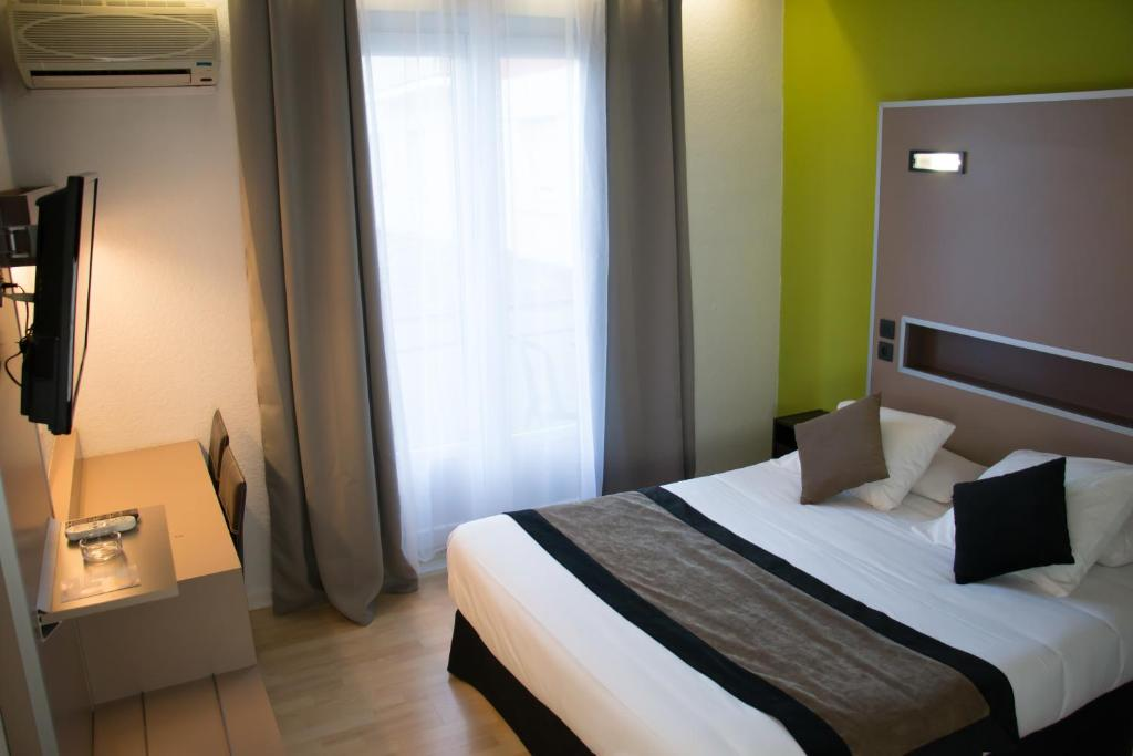 A bed or beds in a room at Contact Hotel Belalp