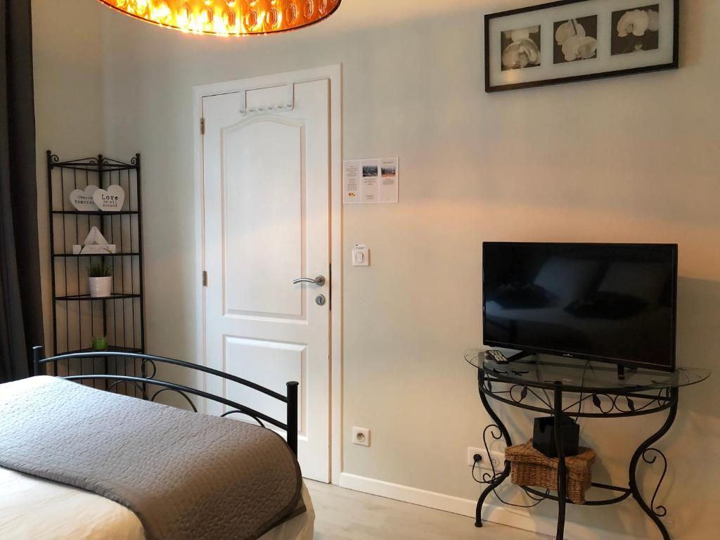 Place Jourdan Petit Appartement Brussels Updated 2018 Prices # Table Tv Simple A Petit Prix