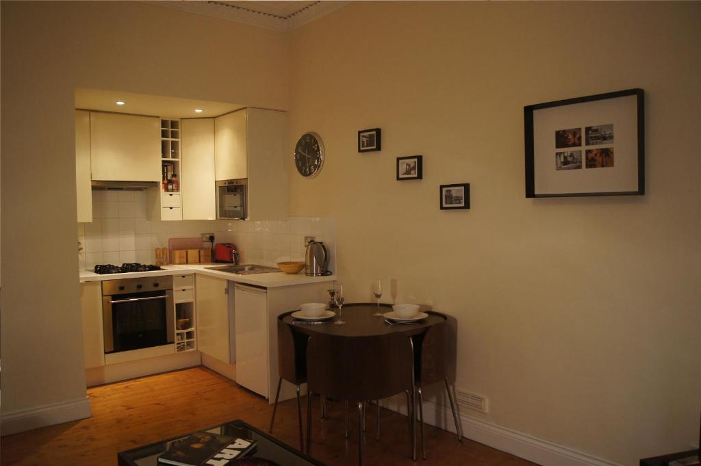 Кухня или кухненски бокс в Entire traditional Glasgow west end flat