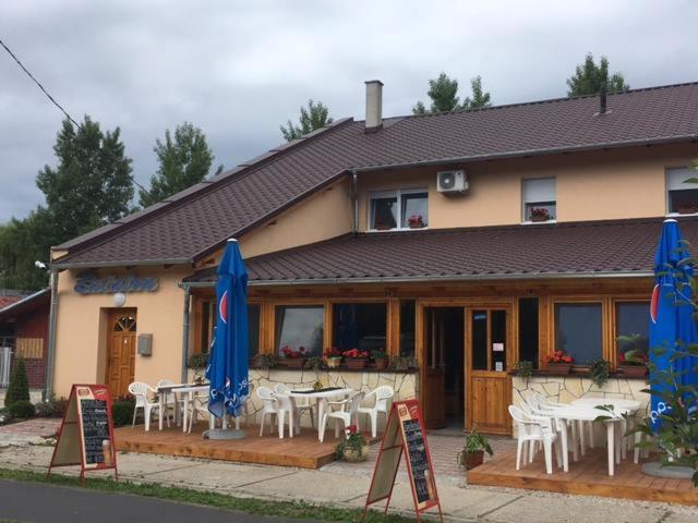 Un restaurante o sitio para comer en Balaton Panzió