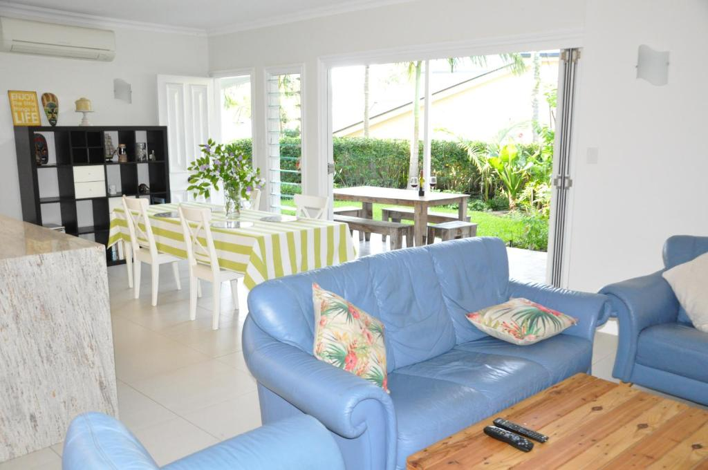 Zona d'estar a MODERN 3 BEDROOM APARTMENT IN TRADITIONAL QUEENSLANDER , PATIO, LEAFY YARD, POOL