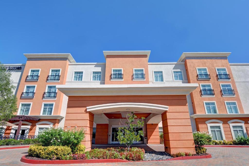 hotel embassy suites valencia ca. Black Bedroom Furniture Sets. Home Design Ideas