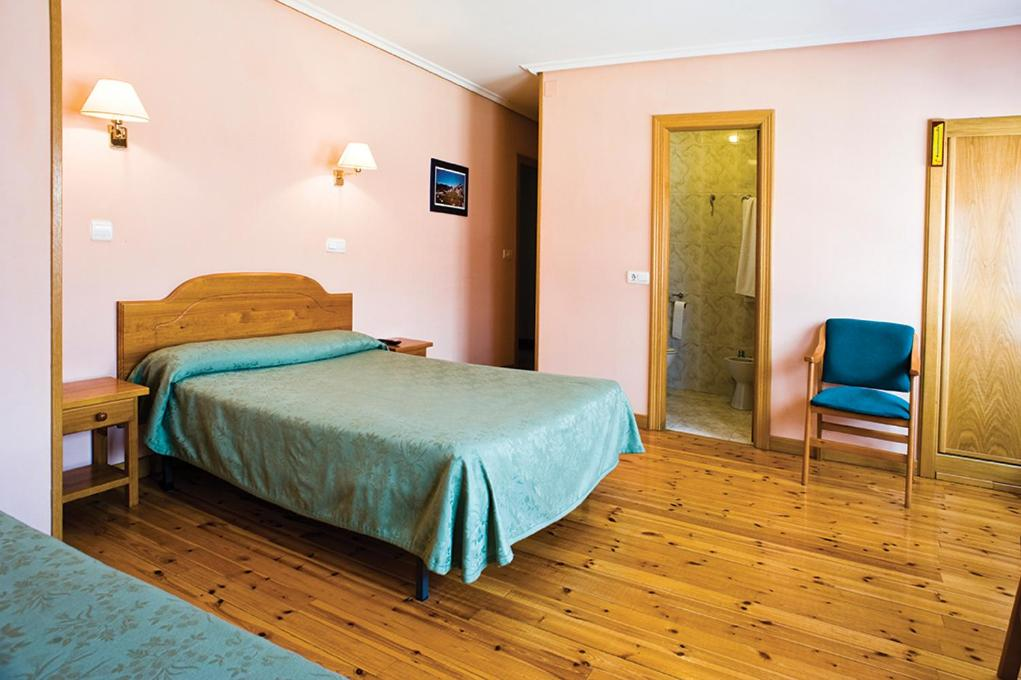 A bed or beds in a room at Hostal Domingo