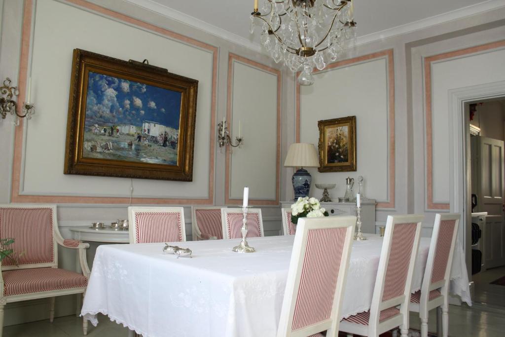 En restaurang eller annat matställe på Östa Gård Bed & Breakfast