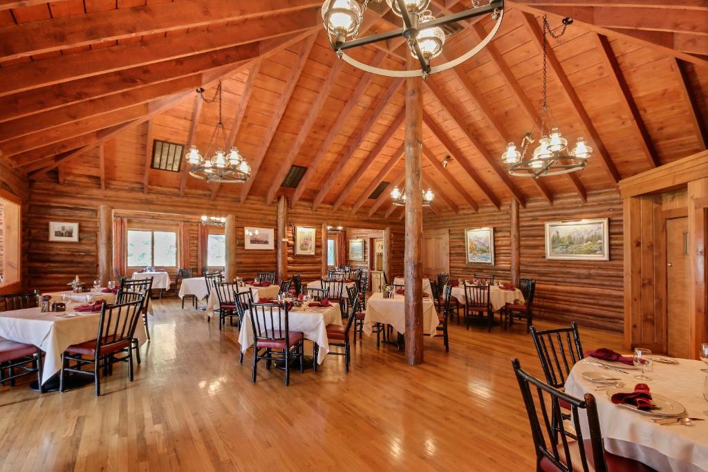 Jenny lake lodge dining room for Stazione di jackson hole cabin