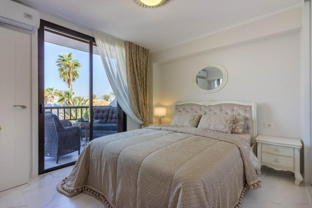 A bed or beds in a room at Royal Lux Ocean View Apartament Las Americas