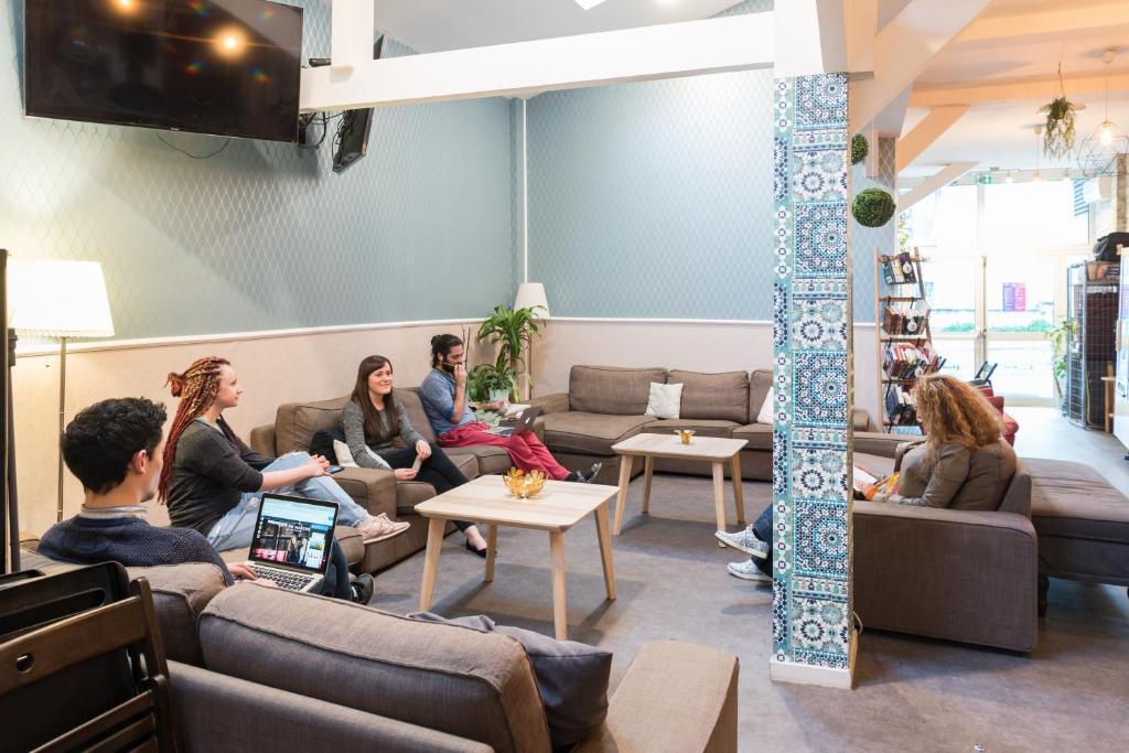 trendy hostel ivry sur seine france. Black Bedroom Furniture Sets. Home Design Ideas