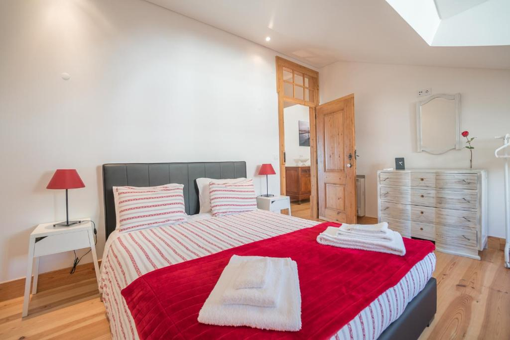A bed or beds in a room at Superb Flat Cathedral & River View