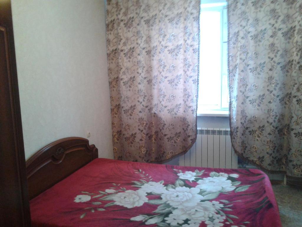 Кровать или кровати в номере Apartment on Neftyannikov 85