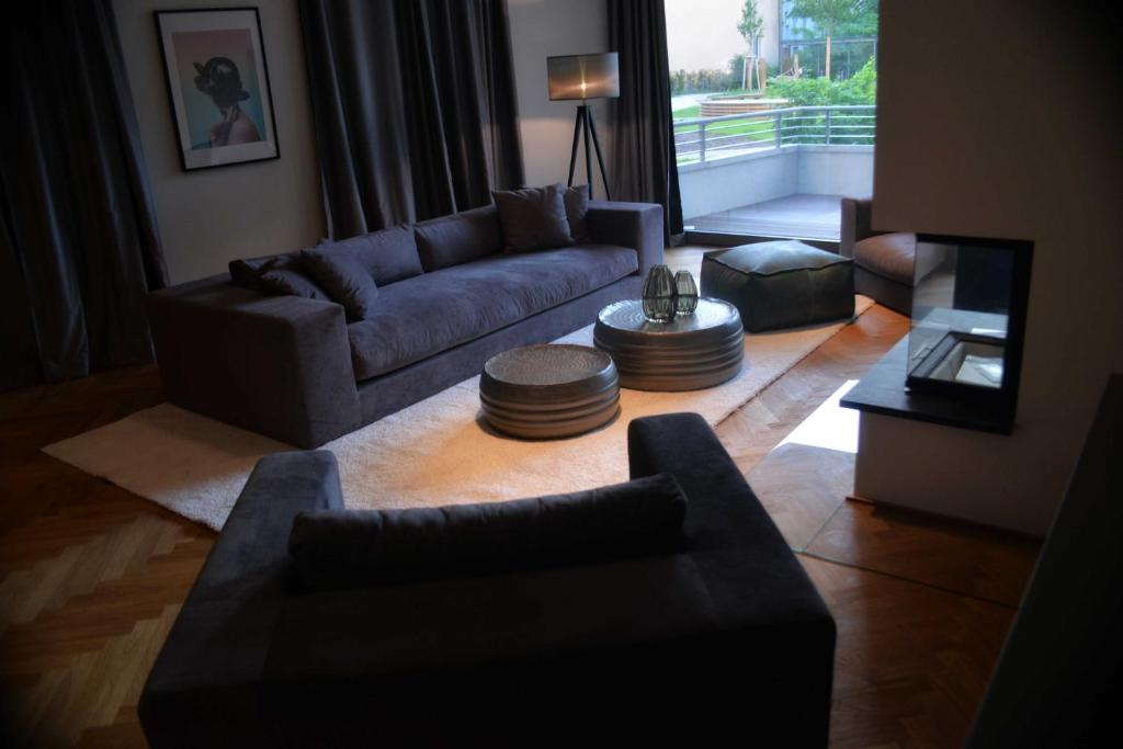 A seating area at BonusFeature Apartments