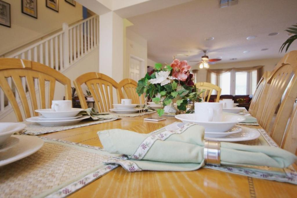 Restaurant ou autre lieu de restauration dans l'établissement 8539 Emerald Island 6 Bedroom Villa