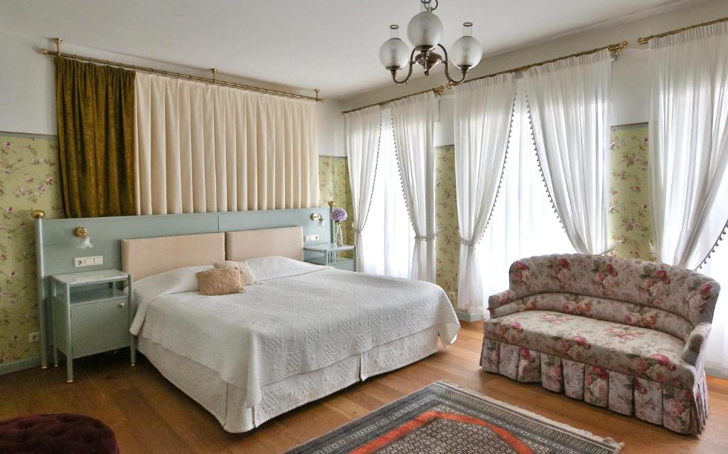 A bed or beds in a room at Antonius Hotel