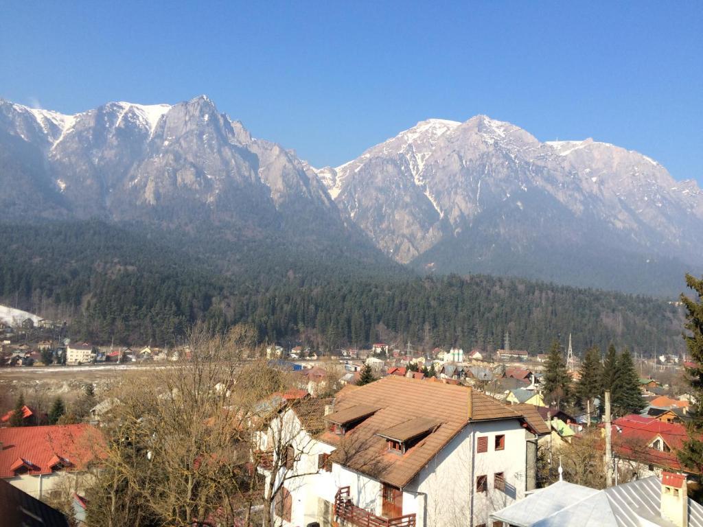 O vedere generală la munți sau o vedere la munte luată de la această casă de vacanță