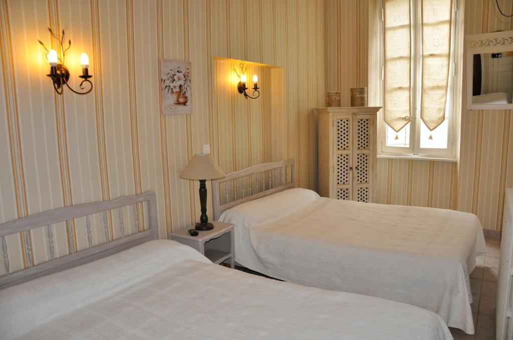 Un ou plusieurs lits dans un hébergement de l'établissement les deux acacias