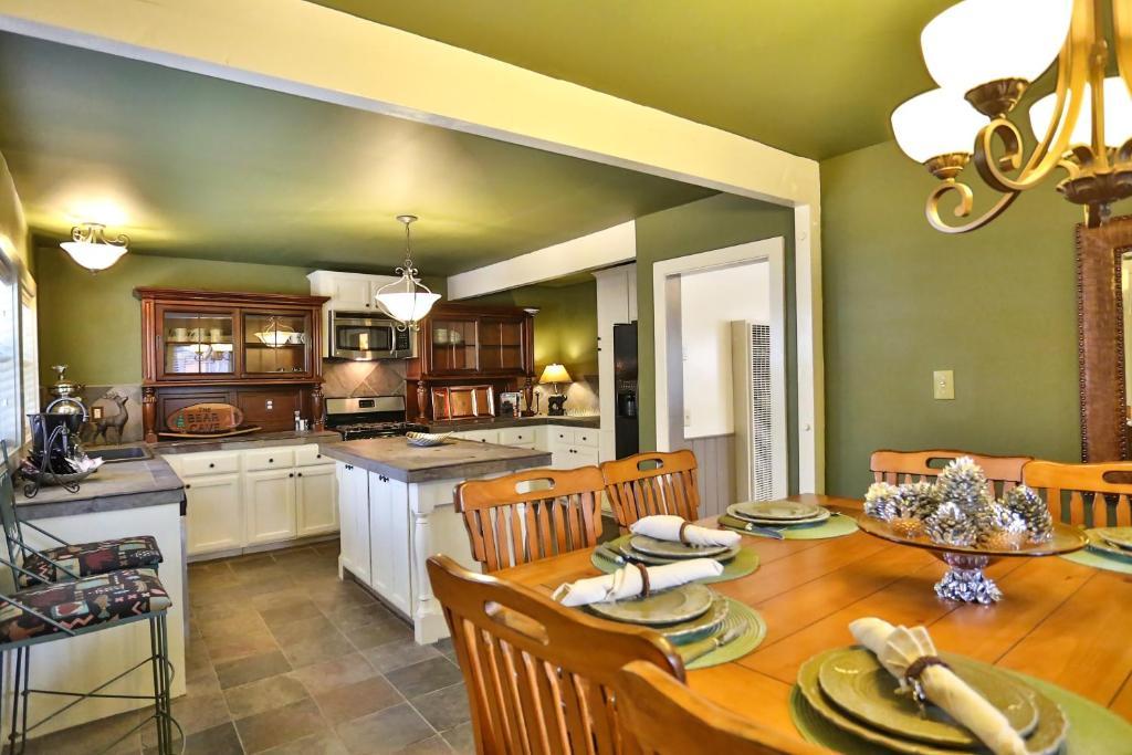 in bedroom bear br tn resort cabin pigeon blackbeartheater picture family gatlinburg cabins big forge rentals retreat editdone