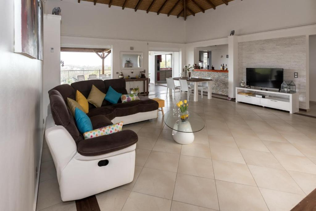 Superbe Villa Moderne De 320m2 Le Gosier Guadeloupe Booking Com