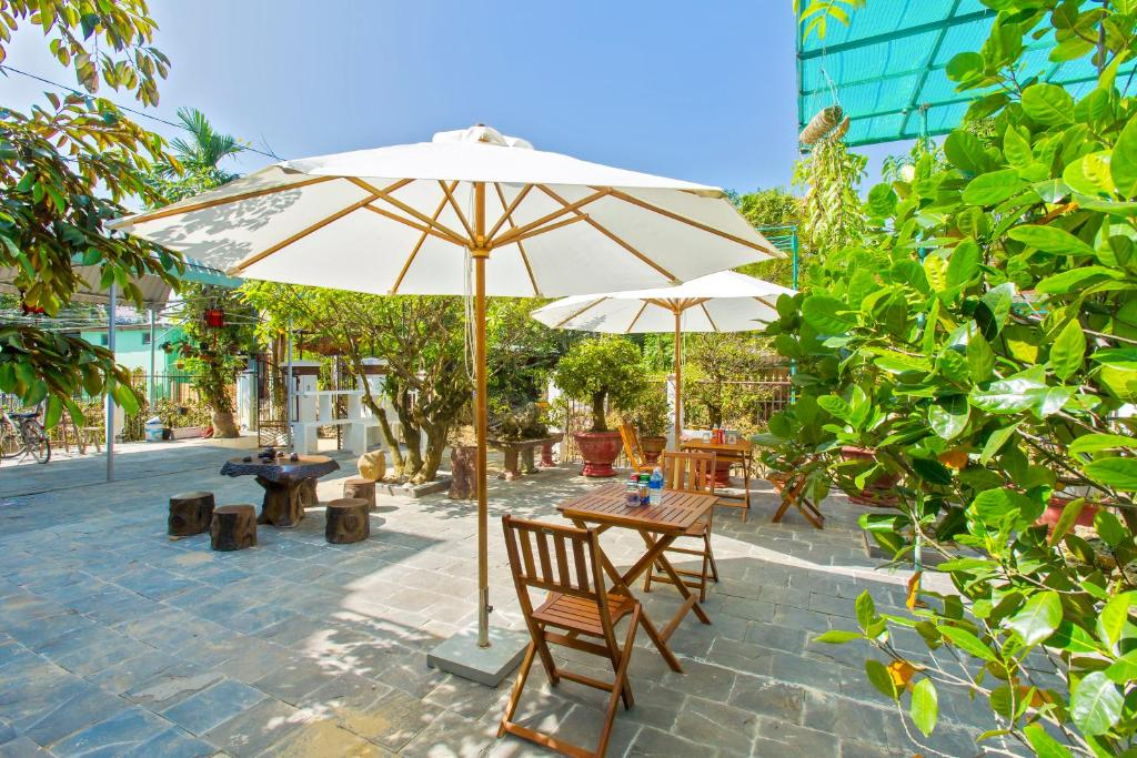 A restaurant or other place to eat at Pebble Homestay