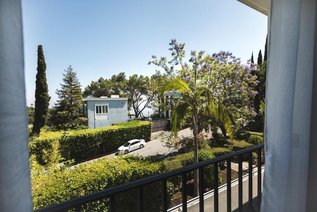 stunning hollywood hills villa usa los angeles. Black Bedroom Furniture Sets. Home Design Ideas