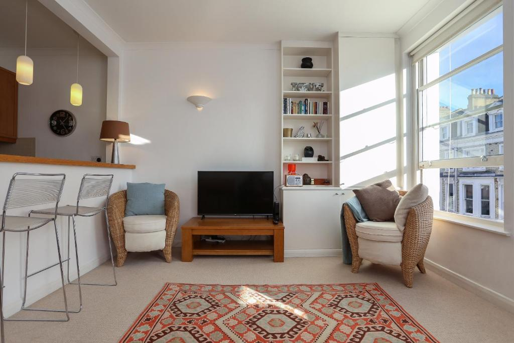A seating area at 1 Bedroom Apartment in Notting Hill Accommodates 2