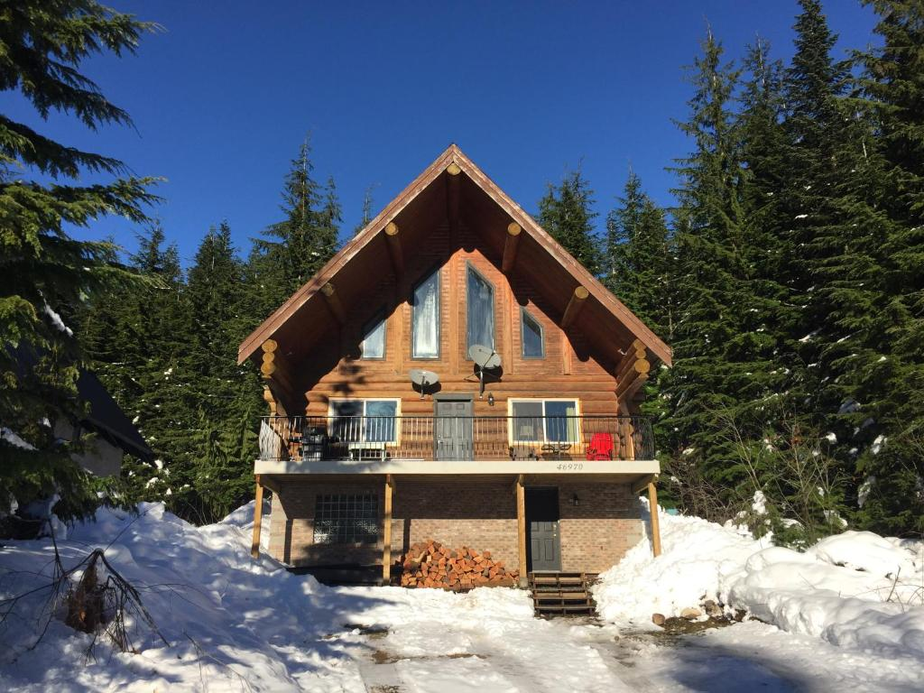 yeti crossing ski chalet, hemlock valley, canada - booking