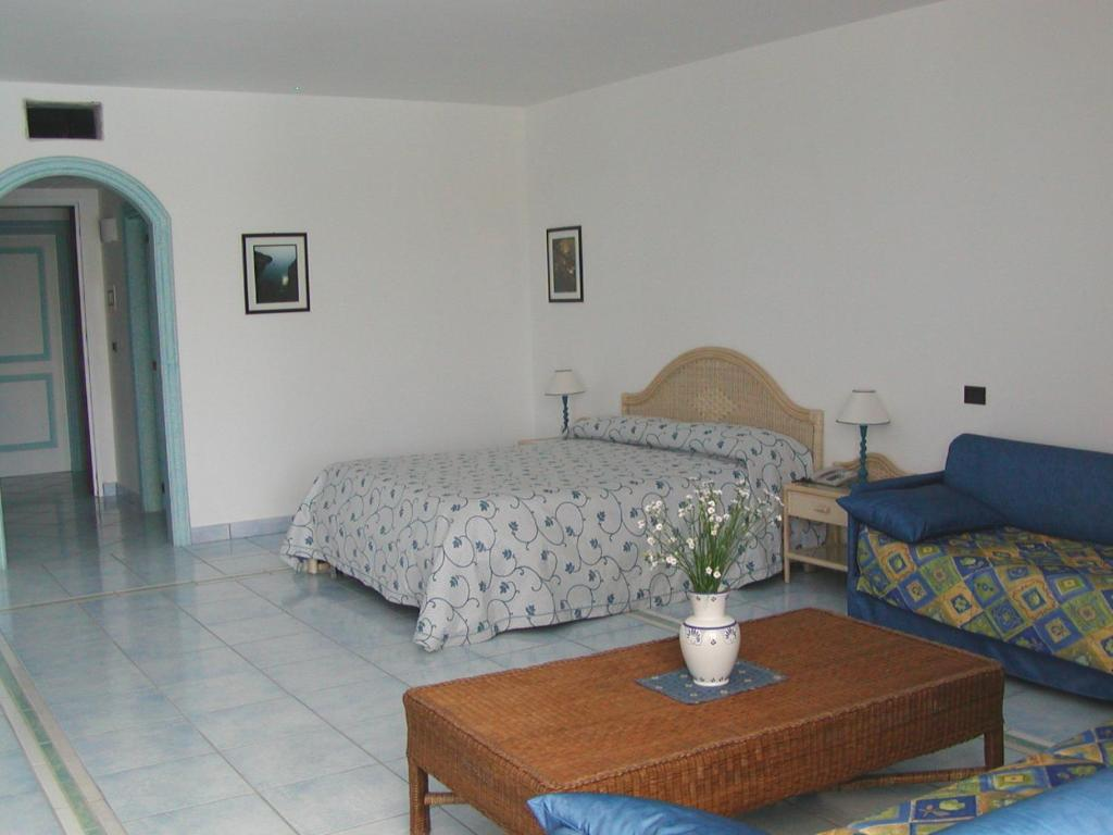 A bed or beds in a room at Hotel Selenia Residence