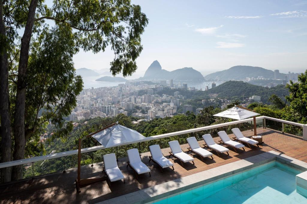 Uitzicht op het zwembad bij Vila Santa Teresa of in de buurt