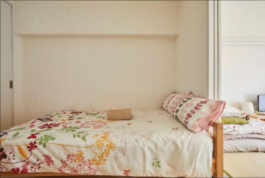餅屋CT公寓房間的床