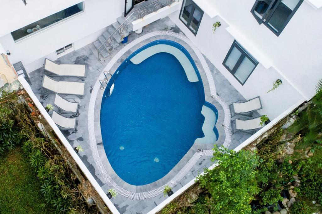 Vista sulla piscina di Hoi An Dream City Hotel o su una piscina nei dintorni