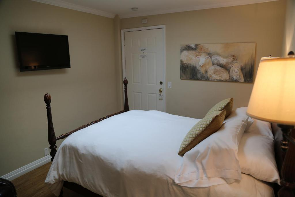 A Bed Or Beds In Room At The Tides Laguna Beach