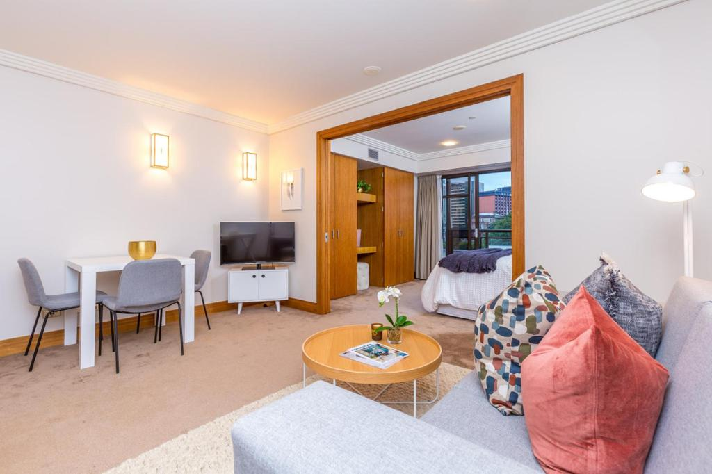 Stylish central city apartment with pool and gym auckland new