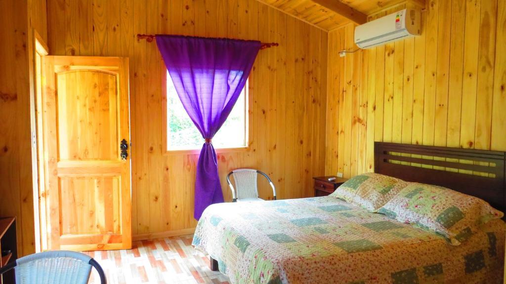 A bed or beds in a room at Cabañas Las Corrientes En Salto Del Laja