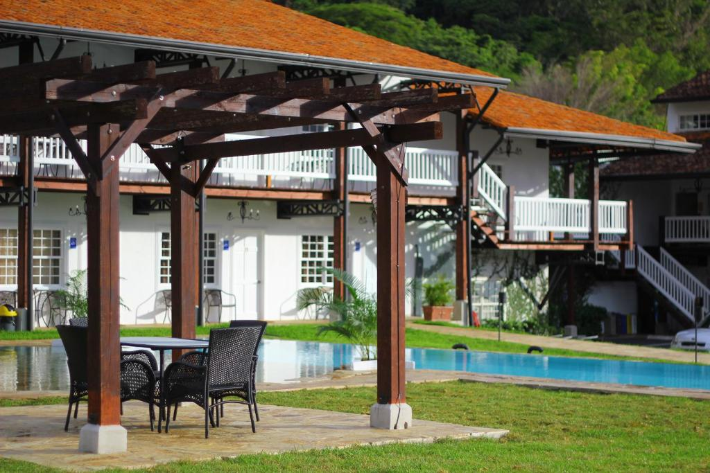 The swimming pool at or near Hotel Luisiana