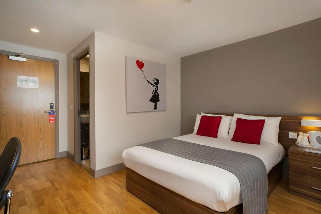A bed or beds in a room at Britannia Study Hotel