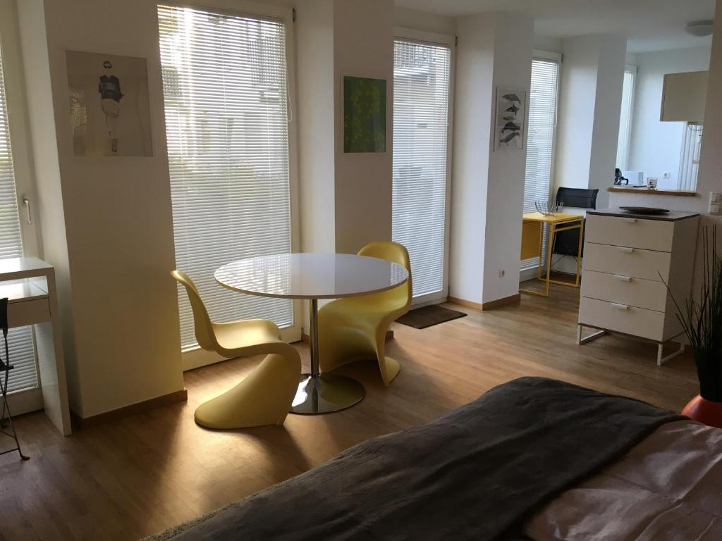 A seating area at All Inn Apartment Cologne
