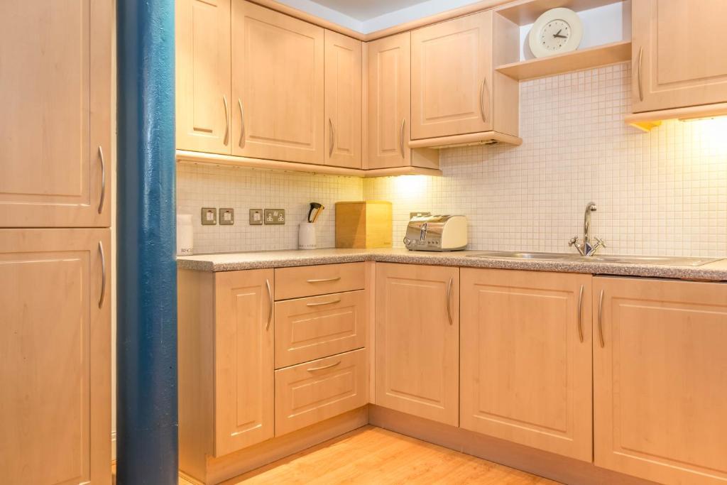 modern city centre apartment manchester uk. Black Bedroom Furniture Sets. Home Design Ideas