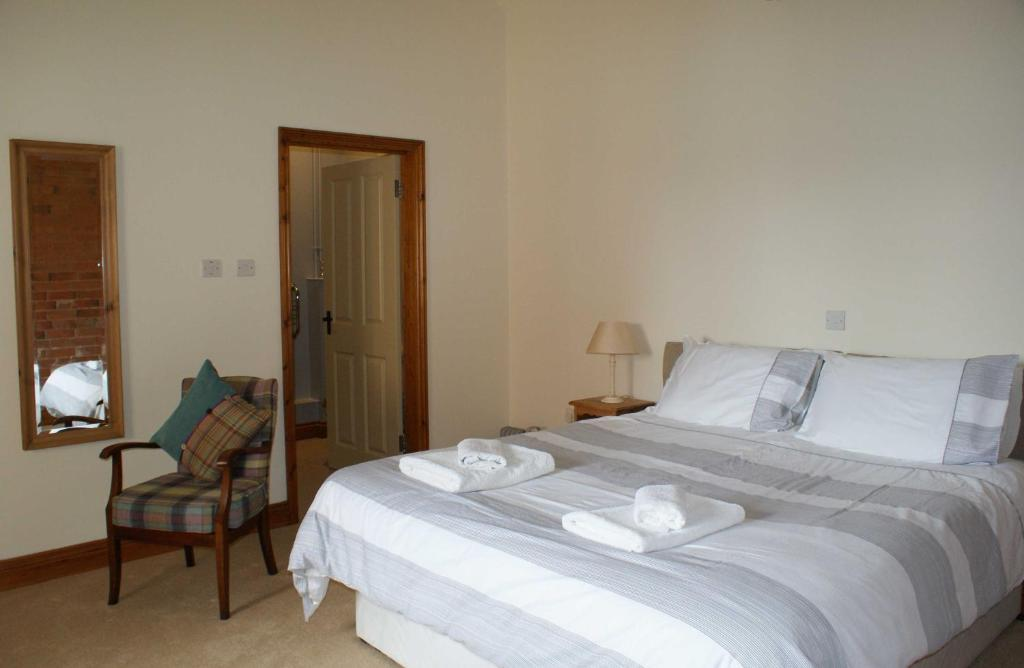 A bed or beds in a room at Sutton Lodge B&B