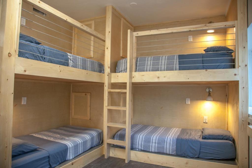 Palanda nebo palandy na pokoji v ubytování DormShare Westwood