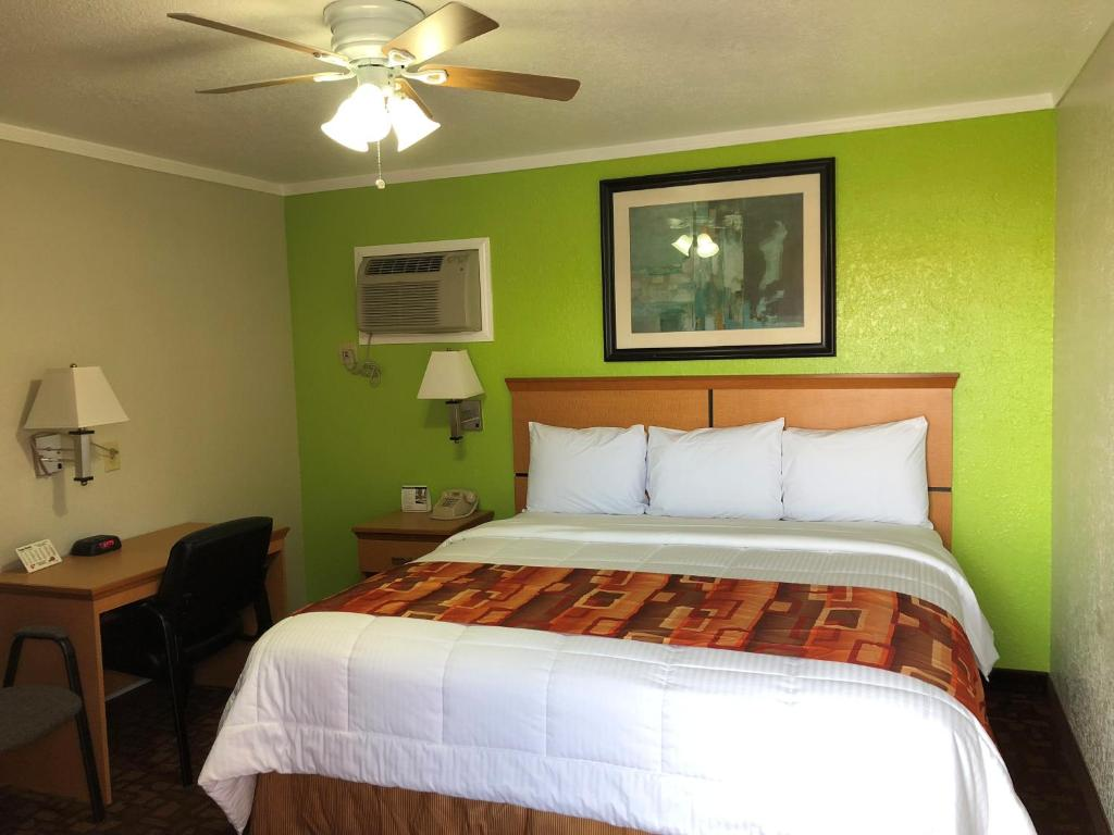 A bed or beds in a room at Copa Motel