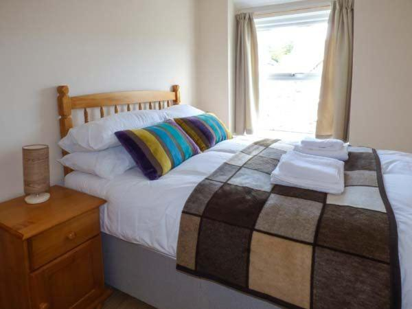 A bed or beds in a room at Snowdonia Cottage