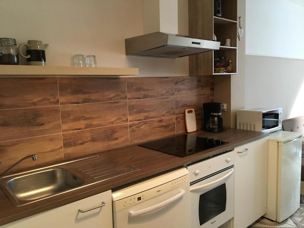 A kitchen or kitchenette at Josephine's place
