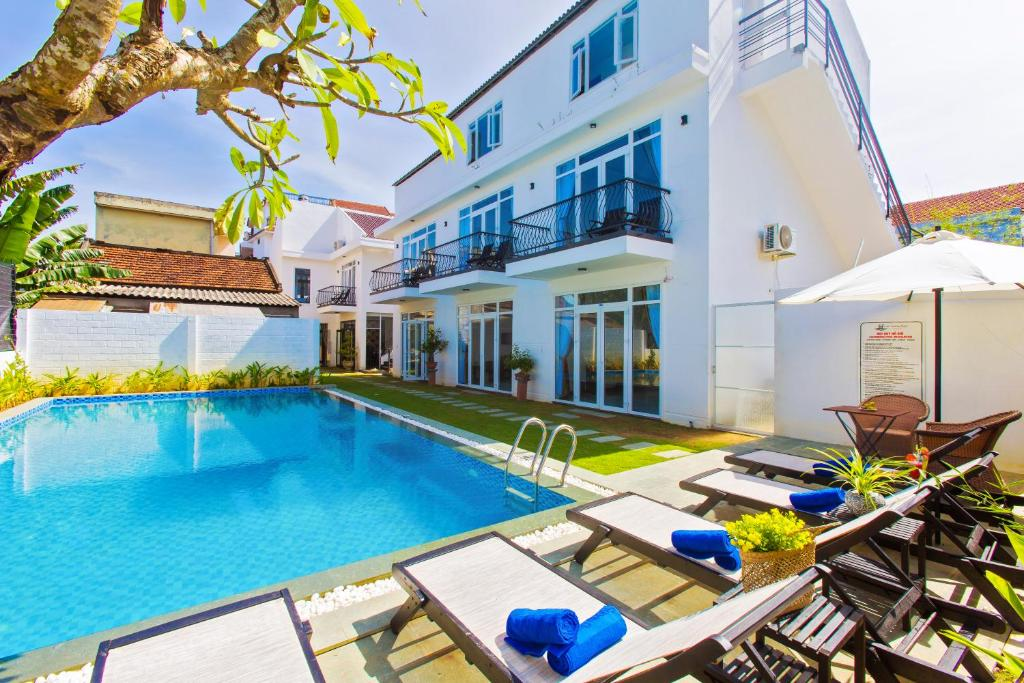 The swimming pool at or near Hoi An Sunny Pool Villa