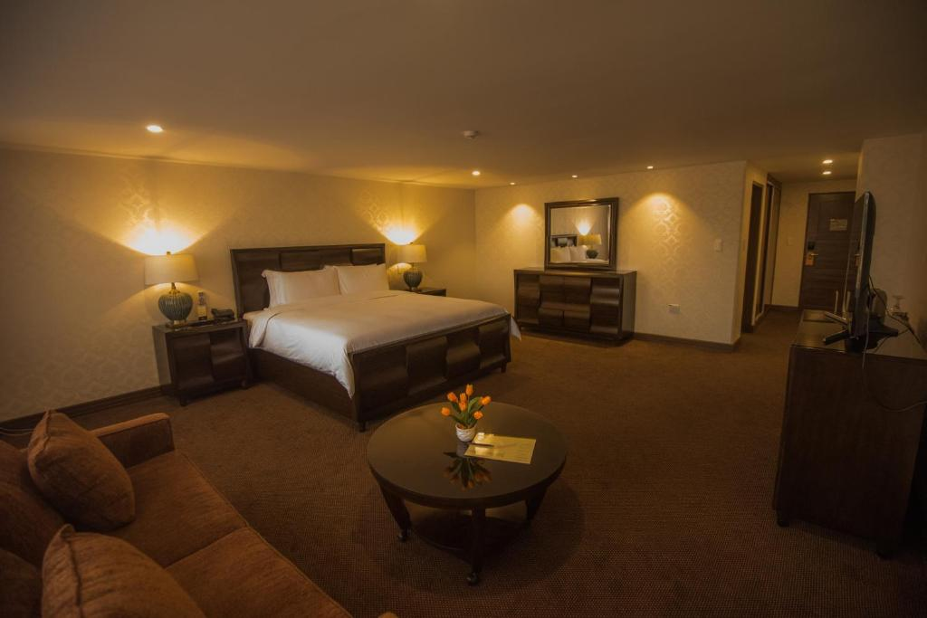 A bed or beds in a room at Roles Hotel