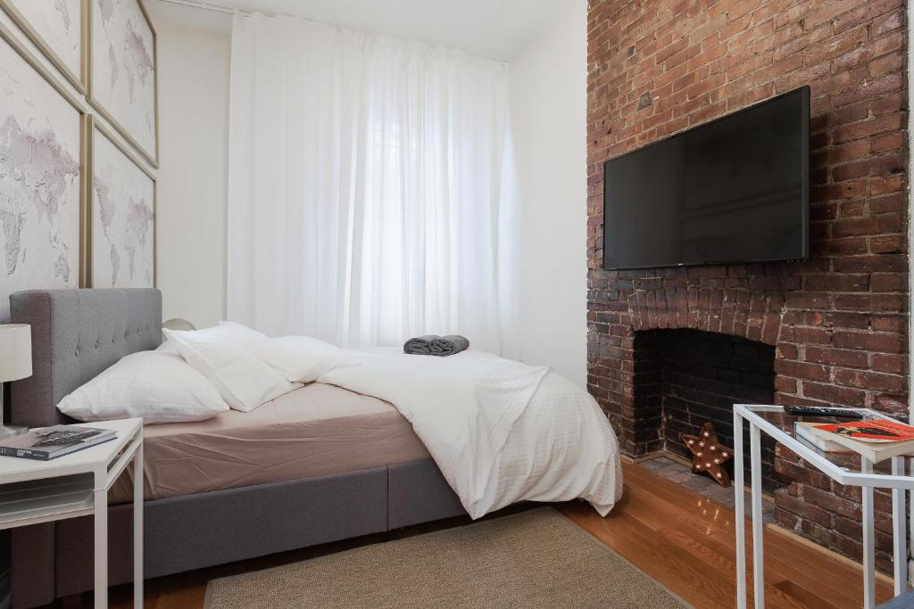 A bed or beds in a room at Times Square HighLine Two Bedroom