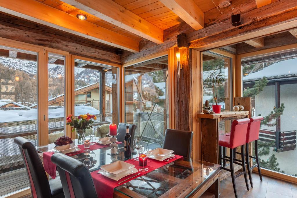 A restaurant or other place to eat at Chalet Schwalbennest
